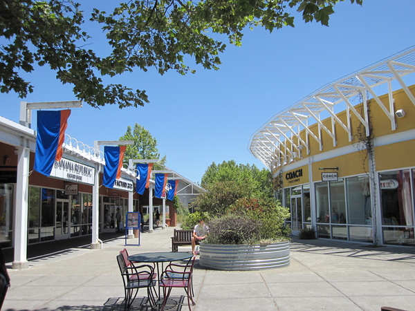 Petaluma Village Premium Outlets